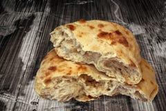 Хлебец хлеба Pitta сорванный в комплекте половины на старом треснутом деревянном саде t Стоковые Изображения