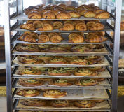 Хлебобулочные изделия охлаждая на шкафе хлебопекарни Стоковое Фото