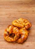 Хлебопекарня круассана на таблице древесины teak стоковое изображение rf