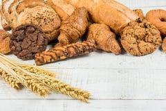 Хлебопекарня на деревянной белой предпосылке Стоковые Изображения