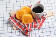 Хлебопекарня оранжевого крена варенья вкуса домодельная с кофе на таблице Стоковое Изображение RF