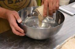 Хлебопеки делая handmade ломти хлеба в хлебопекарне семьи формируя тесто в tradional формируют в Софии, Болгарии на сентября Стоковая Фотография