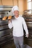 Хлебопек держа поднос свежего хлеба Стоковое фото RF