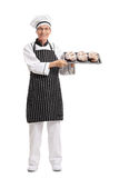 Хлебопек держа поднос с ломтями хлеба Стоковая Фотография