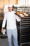 Хлебопек держа поднос хлеба Стоковое Изображение