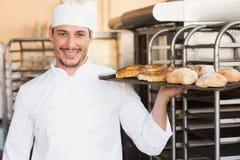 Хлебопек держа поднос хлеба Стоковая Фотография RF