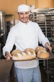Хлебопек держа поднос хлеба Стоковые Фото