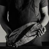 Хлебопек держа хлеб стоковое фото rf