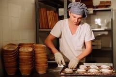 Хлебопек делает ручные взрезы на тесте для хлеба Изготовление хлеба bakersfield стоковые фото