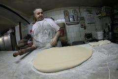 Хлебопек на работе на античной хлебопекарне 026 Стоковая Фотография