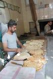 Хлебопек подготавливает flatbread Стоковое фото RF