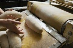 Хлебопек подготавливая тесто хлеба Стоковая Фотография RF