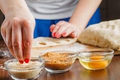 Хлебопек приносит тесто в пожеланную форму Стоковое Фото