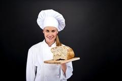 Хлебопек smailing, свежий испеченный хлеб шеф-повара Стоковые Изображения RF