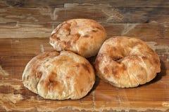 3 хлебца хлеба пита на старом деревянном столе Стоковые Изображения