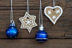 Хлебы имбиря и шарики рождества как предпосылка рождества Стоковое фото RF