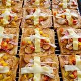 Хлебы пиццы с сыром чеддера и сыром моццареллы домодельными Стоковое фото RF
