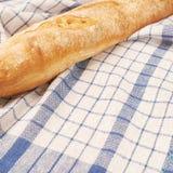 Хлеб багета над полотенцем Стоковое фото RF