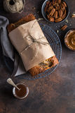 Хлеб банана Пеканы и торт хлебца банана карамельки Стоковые Фотографии RF