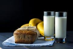 Хлеб банана, стекла молока на салфетке мешковины Стоковые Изображения