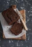 Хлеб банана шоколада на деревенской разделочной доске Стоковое Изображение RF