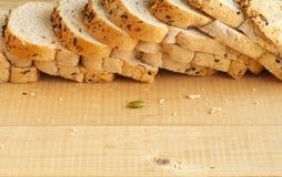 Хлеб всей пшеницы на деревянной предпосылке Стоковые Фото