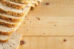 Хлеб всей пшеницы на деревянной предпосылке Стоковые Фотографии RF