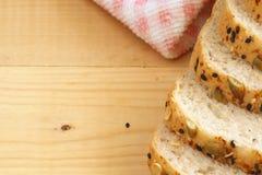 Хлеб всей пшеницы на деревянной предпосылке Стоковая Фотография