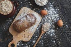 Хлеб выпечки дома на деревенском деревянном столе с космосом для плана текста Взгляд сверху Стоковая Фотография RF