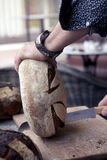 Хлеб вырезывания Стоковое Изображение RF