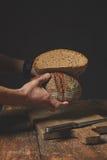 Хлеб владением рук ` s людей Стоковая Фотография RF