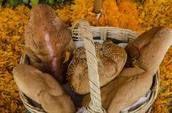 Хлеб в корзине стоковые фото