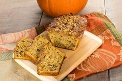 Хлеб грецкого ореха Pumplin на разделочной доске Стоковая Фотография RF
