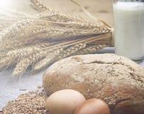 Хлеб гречихи, стекло молока и яичка на деревянном столе жизнь страны все еще Стоковые Изображения