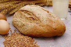 Хлеб гречихи, стекло молока и яичка на деревянном столе жизнь страны все еще Стоковая Фотография RF
