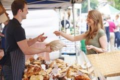 Хлеб женщины покупая от стойла рынка Стоковое Фото