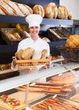 Хлеб женщины предлагая в хлебопекарне Стоковое фото RF