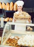 Хлеб женщины предлагая в хлебопекарне Стоковые Изображения