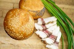 Хлеб завтрака с беконом и зелеными луками Стоковые Фотографии RF