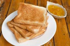 Хлеб здравицы с оранжевым вареньем Стоковые Фотографии RF