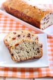Хлеб изюминки и грецкого ореха, на плите Стоковые Изображения RF