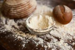 Хлеб и мука на таблице Стоковые Изображения