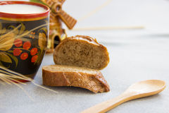 Хлеб и чашка молока на сером крупном плане ткани Стоковое фото RF