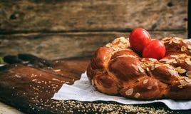 Хлеб и яичка пасхи на таблице - скопируйте космос стоковое фото rf