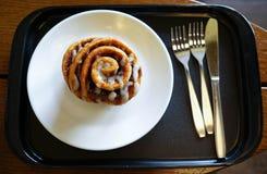 Хлеб крена циннамона конца-вверх на белом блюде Стоковое фото RF