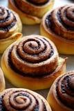 Хлеб крена циннамона, плюшки, крены хлебопекарня домодельная Сладостная выпечка рождества Kanelbulle - шведский десерт Стоковые Фото