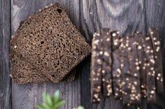 Хлеб на винтажной деревянной таблице Стоковые Изображения