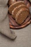 Хлеб на деревянной доске стоковые фотографии rf