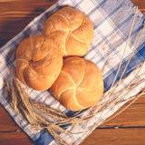 Хлеб на деревянных досках стоковое фото