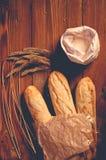 Хлеб на деревянных досках стоковое фото rf